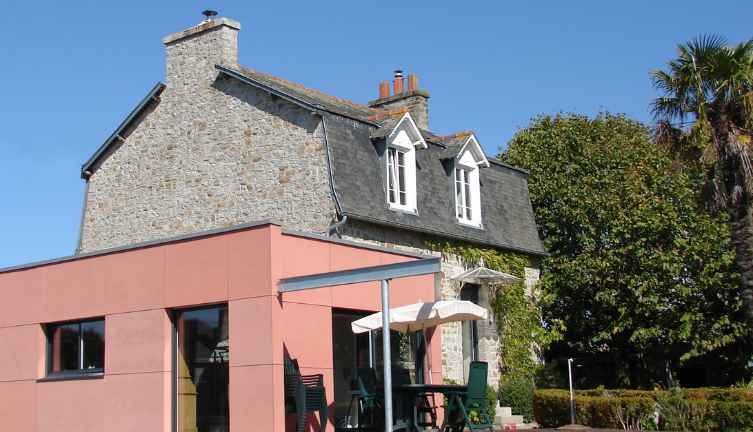 Extension maison d 39 poque en ciment rose aprime for Extension maison 1900